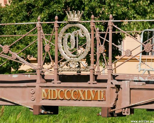 De förgyllda namnsigillen på Järnbron, ett C med en furstekrona. MDCCCXLVI är 1946 skrivet i romerska siffror