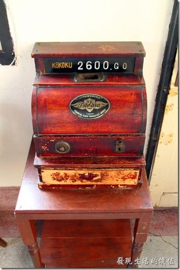 台南-鹿角枝老房子咖啡。二樓放了一台舊式木頭作成的收銀機,還可以操作耶!我偷偷地玩了一下,按下抽屜的按鈕後抽屜還可以自動打開,還叮咚了還大一聲,嚇了我一跳。