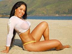mulher-melao-sensual-na-praia