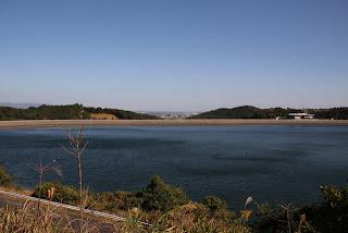左岸よりダム湖と堤体を望む