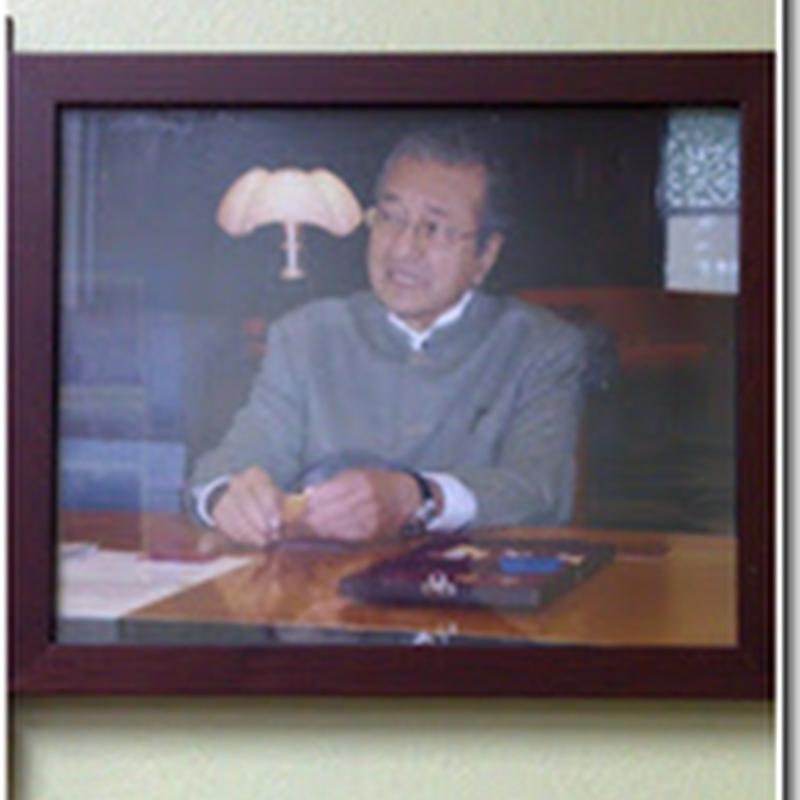 Tun Dr Mahathir Pun Memegang Logam Emas Public Gold !