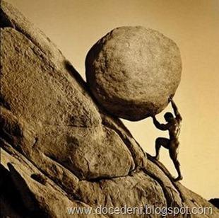 homem carregando pedra