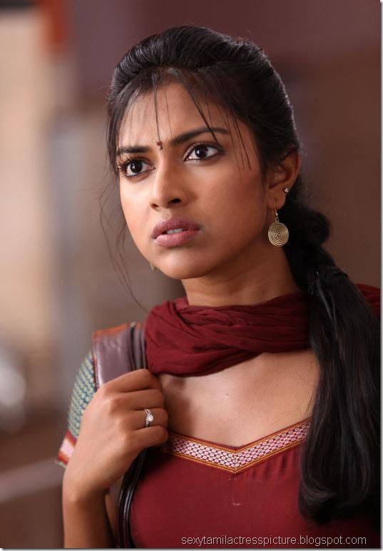 gorgeous-amala-paul-hot-stills-in-kadhalil-sodhapuvathu-eppadi
