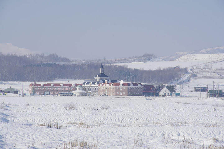 天然温泉・ホテル・レストラン町営複合施設「サンフラワーパーク」@農道(北海道北竜町)