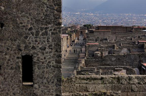 Antigua ciudad romana de Pompeya. Murallas y torres junto a la Puerta Vesubio. Pompeya, Italia