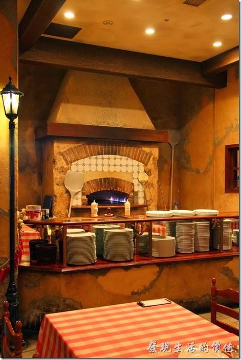 日本北九州-豪斯登堡。【Pizza & Pasta PINOCCIO】(皮諾丘披薩義大利麵館)。看不過癮再來張窯烤爐的近拍,可惜當時沒有細看裡頭用的是柴火還是瓦斯。