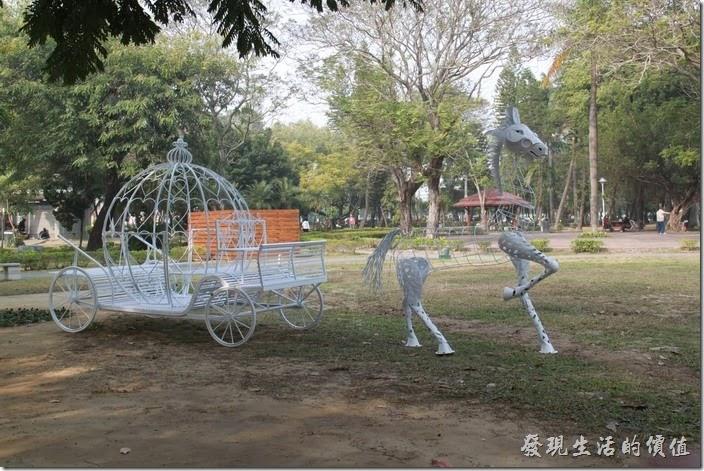 今年2014台南中山公園的百花祭正在如火如荼的準備中,工作熊這兩天抽空逛了一趟台南公園,發現今年的百花祭為了配合「馬」年的到來,公園內出現了白色的「幽靈馬車」,這個晚上看不明究理的人應該會覺得毛毛的吧!