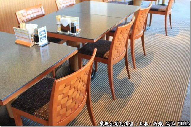 日本伊勢志摩市的近鐵水上別墅飯店(Hotel Kintetsu Aquavilla Ise-Shima),飯店自助餐廳內的椅子使用藤編,與其陰影交錯的建築物相呼應。