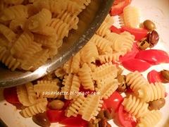 cdr radiatori con pomodorini e pesto di rucola, pasta, pomodori e olive taggiasche