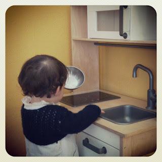Niña juega con la cocinita de El Trotamundos
