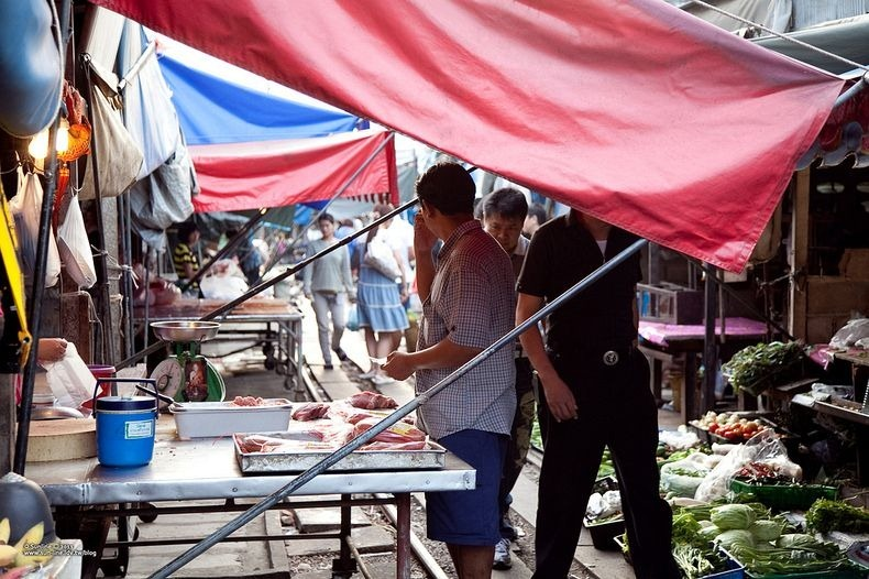 maeklong-railway-market-7
