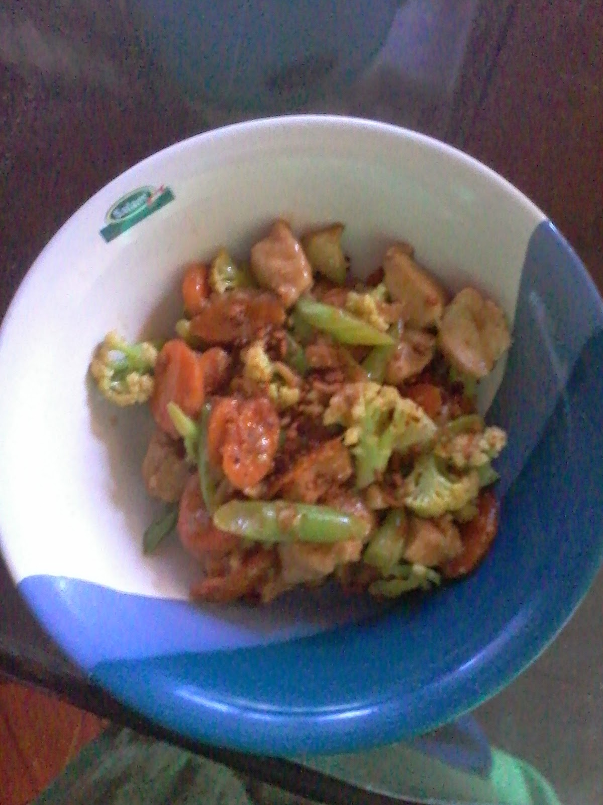 Tumis jahe & bawang putih hingga harum masukkan ayam sampai setengah matang Masukkan sedikit