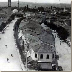 """Vista della capitale del regno, Tirana. Oggi qui si trova la piazza """"Scanderbeg"""", vicino all'Hotel """"International"""". (foto: Melville Chater)"""