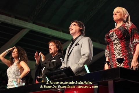 El jurado de pie ante Sofía Nuñez.jpg