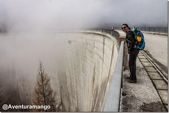 Topo da barragem de Tzeuzier, Suíça