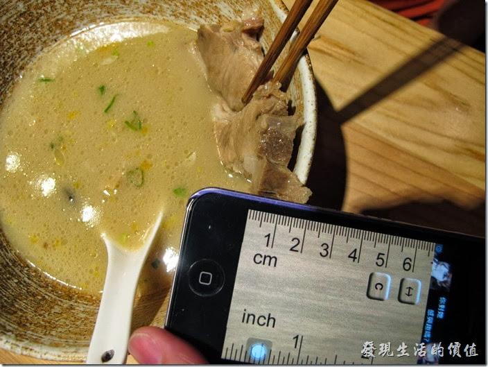 台南-麵屋列拉麵。這豚骨的足足有一公分以上的厚度,不論湯麵或是乾麵都一樣。老實說,個人吃起來雖然很夠癮,但吃到最後反而會覺得有點腥,可是不把這一塊肉吃完有覺得不甘心。