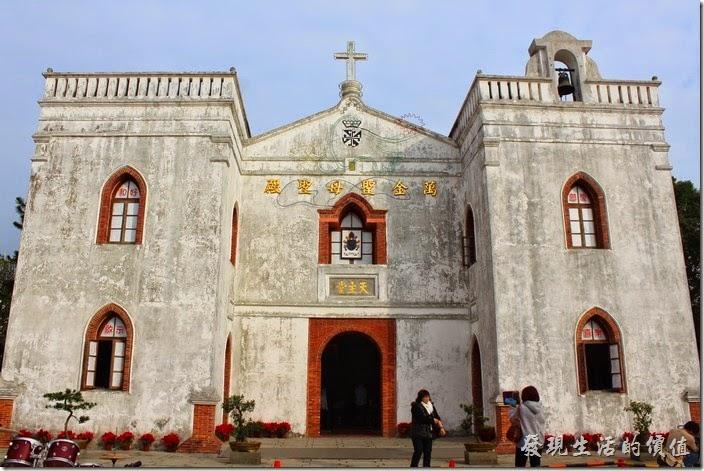 屏東-萬金教堂。這就是萬金聖母聖殿,聖殿的中間屋頂上有十字架,左手邊牌樓上有個吊鐘。