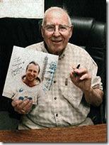 Джим Ловелл поставил свой автограф