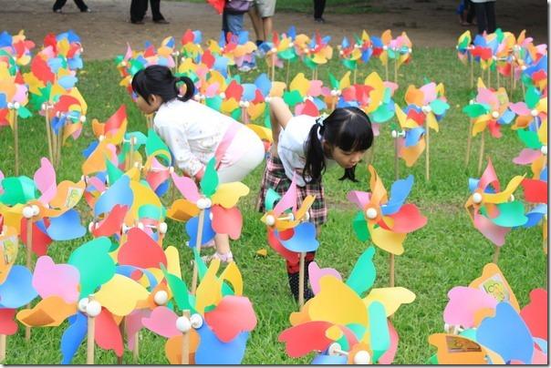 台南-成大裝置藝術。拍照的時候「榕園」某個角落佈滿的風車,一群小朋友在裡面嬉鬧吹著風車,還一邊嚷嚷怎麼都沒有風,超可愛的。