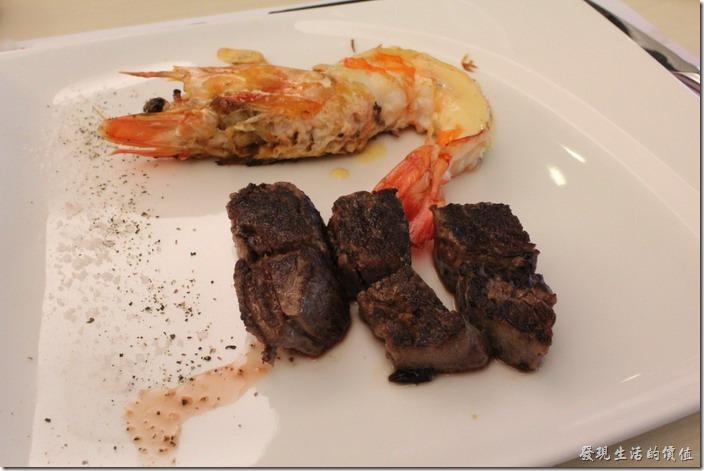 台北南港-小高玉鐵板燒。主菜:海陸(菲力+大蝦)。天啊!這牛肉怎麼黑成這個樣子,不過吃起來味道居然還可以,不知道是不是因為全熟的關係,這算不算正常?旁邊的蝦子擺盤似乎也不怎麼樣,怎麼跟網路上看到別人家的大蝦擺盤差那麼多,這大蝦味道及口感吃起來還算及格啦!但看起來也是一副很不甘願的躺在那裡。