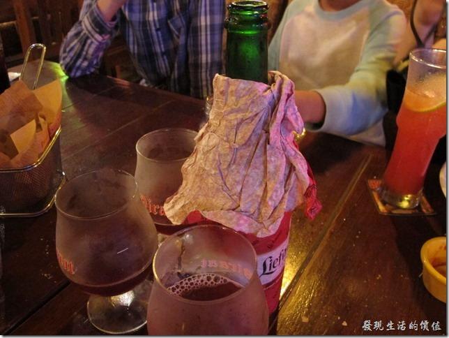 屏東墾丁-冒煙的喬。最後我們開了一大瓶的【Liefmans Cuvee-Brut 比利時蕾曼窖藏櫻桃啤酒】(酒精比率6%),NT$ 395。有淡褐色泡沫層,散發櫻桃水果糖的淡香味,乳酸味以及苦味尾隨而上,呈甜酸混雜特徵。