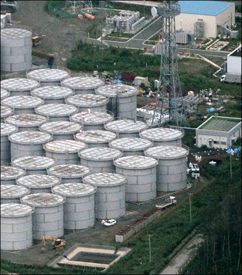 Tanks holding radioactive water at the Fukushima No. 1 nuclear power plant. Two cracks were discovered in a concrete floor near the tanks, the plant operator said 11 February 2014. TEPCO said some contaminated water from melting snow blanketing the area may have seeped into the ground through the cracks. Photo: Asahi Shimbun