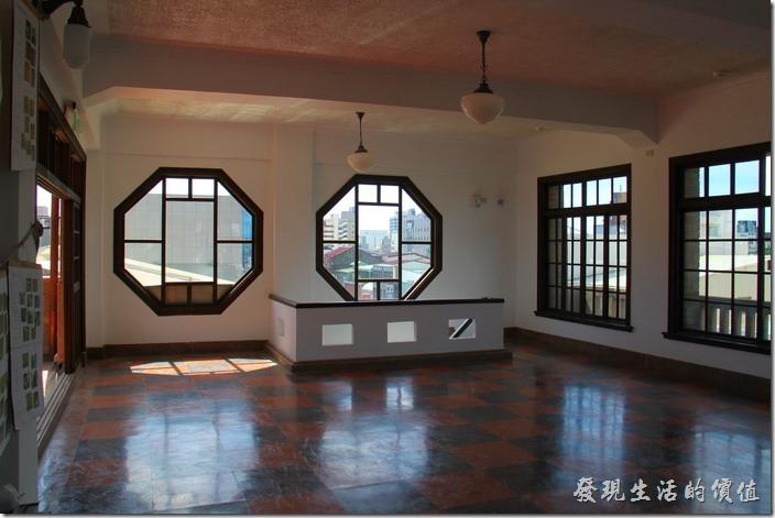 台南-林百貨。六樓的地方採用八角形的窗戶。