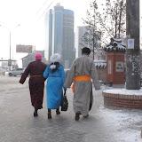 ウランバートル市内でも、ゲールを着た人たちが歩いている。