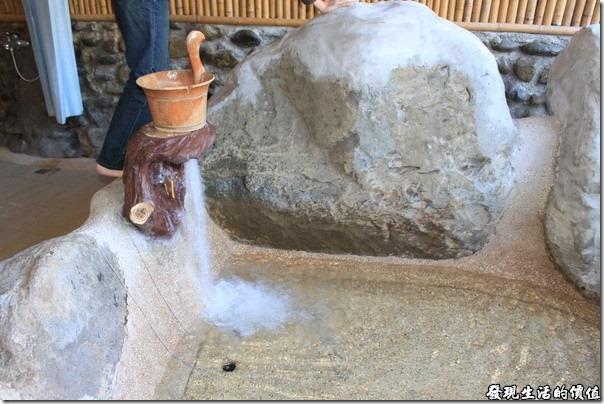 寶來-芳晨溫泉渡假村。開始注水了,水量很大,大概花不到5分鐘就把水池裝滿,建議要加點冷水,否則光放溫泉水會覺得太熱了。