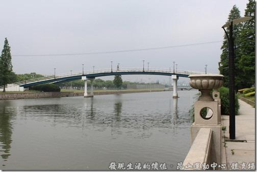 這座黃河路步行橋已經友好幾年了,橋面上也已經有些鏽蝕。