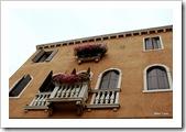 Outra coisa interessante em Veneza é olhar pra cima. Muitos prédios charmosos com essas flores na janela... Arredores de Cannaregio.