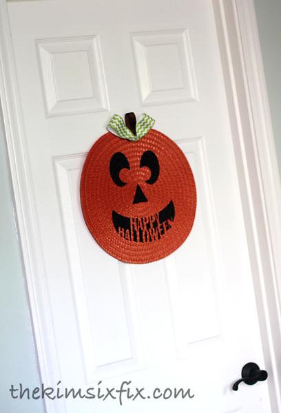 Placemat pumpkin on door