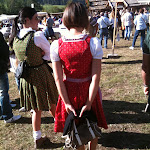 Ragazze vestite a festa con abiti tradizionali.JPG