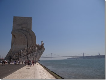 """La triplette ici : l'enfant le regard lointain, le pont de Lisbonne et Jesus au fond à droite en mode """"free huges"""""""