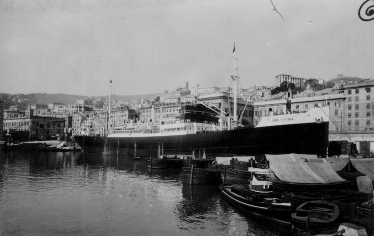 La motonave CABO TORTOSA atracada en Genova. Foto de la pagina web NAVI E ARMATORI.jpg