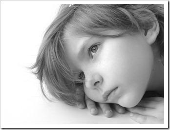 Retrato de uma linda garotinha pensando [DLeonis em Crestock.com]