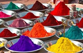Pigmenti colorati al mercato in India