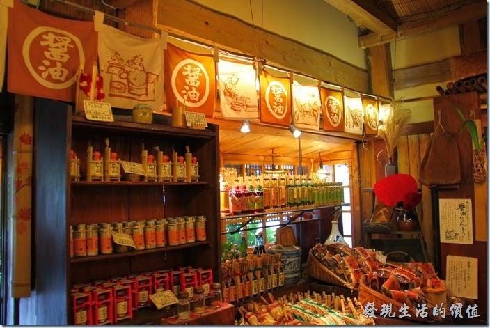 日本北九州-由布院街道。走進「醬油屋」就聞到一股很濃的醬油味,因為這裡還有很多醬油可以試用。