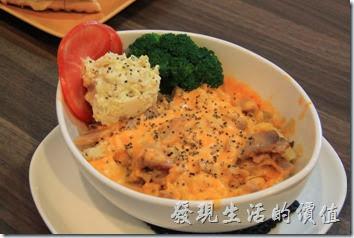 台南-帕里諾咖啡。這個是燻雞嫩雞【起司馬玲薯】,NT$90。使用整顆帶皮的馬鈴薯切塊或成泥,然後淋上起司醬製作而成,吃起來有點像焗烤飯,但是澱粉從米飯換成了馬鈴薯泥塊。馬鈴薯起士吃起來還熱熱的,可以配上一旁的白色「蛋沙拉」來混著馬鈴薯一起食用,因為但沙拉是冷的,這樣混著吃有清涼的感覺。