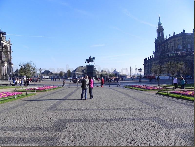 A Theaterplatz e a estátua equestre do rei Johann Dresden