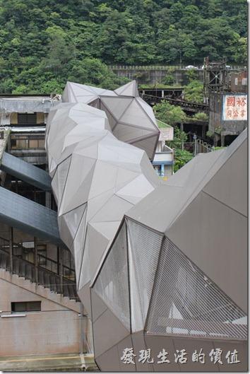 平溪線一日遊-侯硐貓村。貓造型的人行天橋。