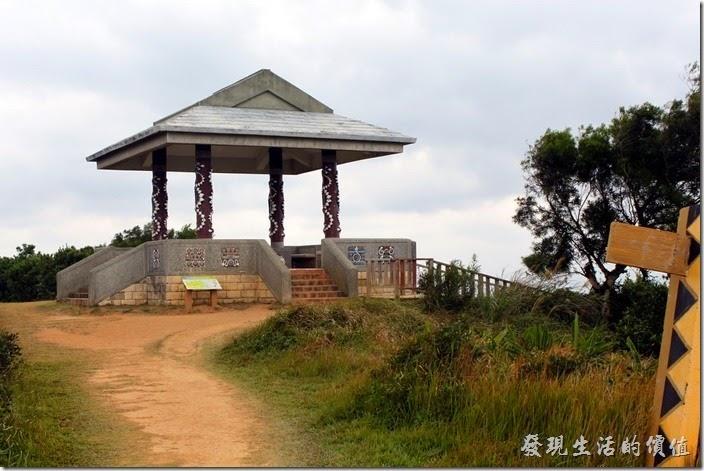 旭海草原的中間有個著原住民圖騰百步蛇的涼亭。