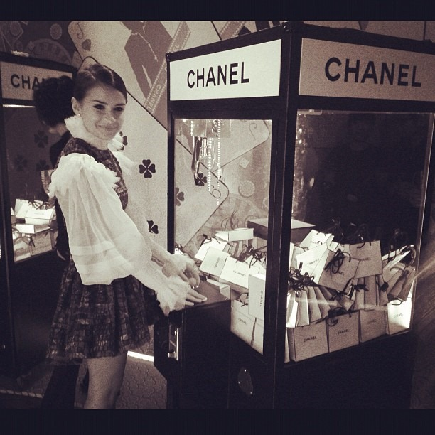 miroslava-duma-chanel-hong-kong-machine