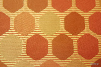 Tkanina ozdobna w geometryczne wzory. Na zasłony, poduszki, narzuty, dekoracje. Brzoskwiniowa, pomarańczowa.