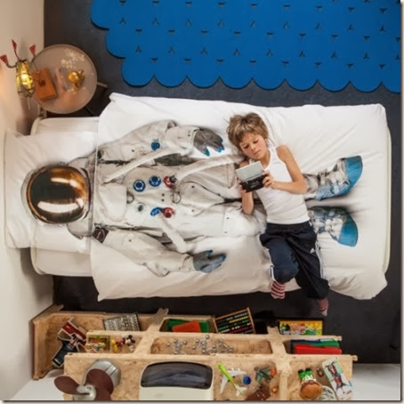 cool-princess-and-astronaut-dress-up-bedding-from-snurk-2-524x525