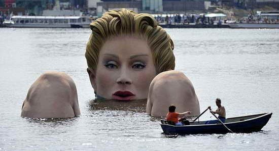 Giant_Bathing_Woman-Sculpture-in- Hamburg05
