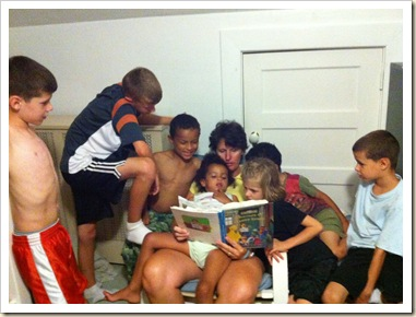 kristen reading to 8 kids