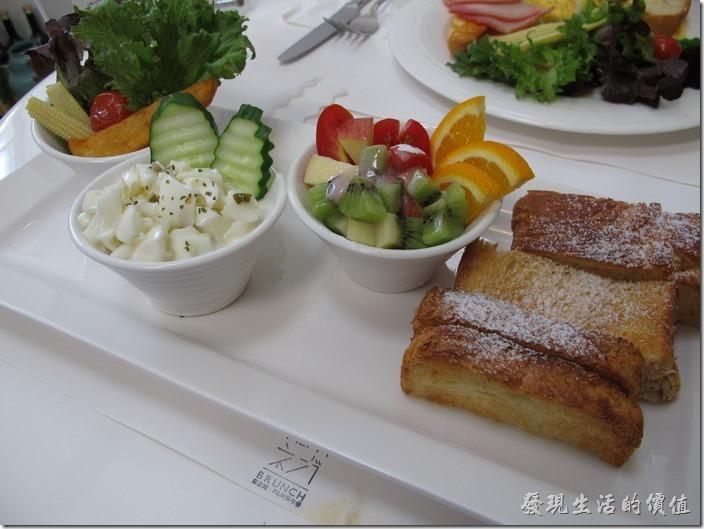 台南-茀立姆早午餐(FILM BRUNCH)。這一份是水果沙拉蛋,除了麵包表面上的糖粉外,應該還塗了糖水下去烤過,白煮蛋伴優葛,還有水果作成的沙拉,最左手邊的與「炒蛋」的菜色一樣,炸馬鈴薯條、一顆感覺像蜜過淡出不出蜜糖的聖女小蕃茄,以及蔬菜。