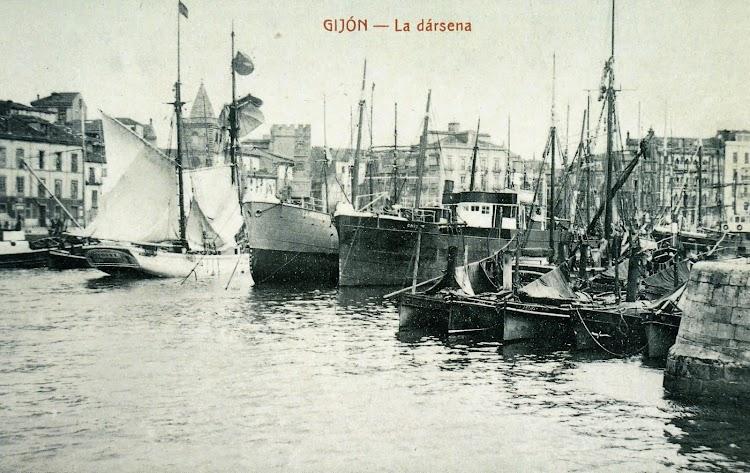 El vapor CHIO en el puerto de Gijón, en una de esas vista irrecuperables en el tiempo. Foto del libro GIJON. VISION Y MEMORIA PORTUARIA.jpg
