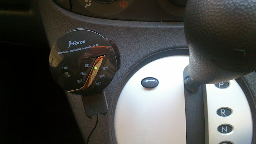 [写真]J-Force Bluetooth FMトランスミッターを車のシガーソケットにつけたところ